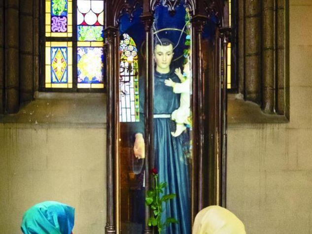 Viele Muslime, vor allem Frauen, kommen regelmäßig in die Antonius-Kirche, um eine Kerze anzuzünden oder ein Gebet aufzuschreiben.  Foto: V. Buzzi
