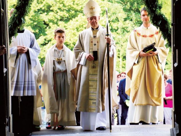 Am 26. Juni wurde das Hauptportal der Wallfahrtskirche Kloster Schwarzenberg durch den Bamberger Erzbischof Dr. Ludwig Schick, den Sendboten-Lesern von seinen Artikeln her gut vertraut, als Heilige Pforte eröffnet.