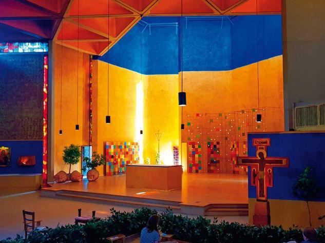 Von frühmorgens bis spät in die Nacht wird in der Versöhnungskirche von Taizé gebetet. Mehrere Tausend Menschen finden hier Platz. Foto:Christian Pulfrich / Wikipedia