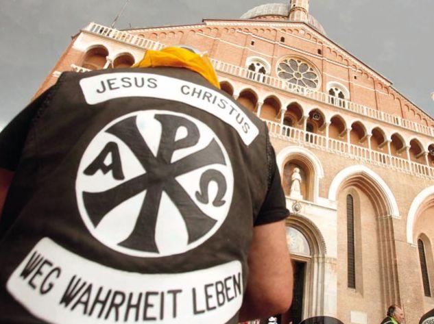 """Eher ungewöhnliche Gäste in der Basilika: Die """"Jesus Biker"""" aus Aschaffenburg machten in Padua Halt auf ihrer Motorradwallfahrt nach Rom. Foto: Nicola Bianchi"""