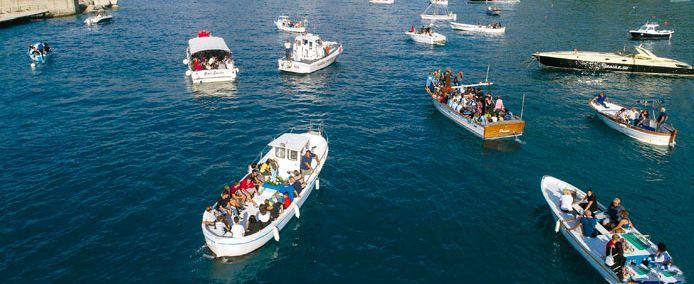 Schiffsprozession in Palinuro zum Gedenken an die Rettung der Fischer