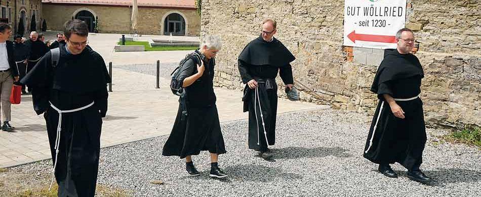 """Auf dem Gut Wöllried begannen die Brüder ihren """"Jubiläumsspaziergang"""". Im Mittelalter waren die Minderbrüder an der Fürsorge für die Aussätzigen beteiligt."""