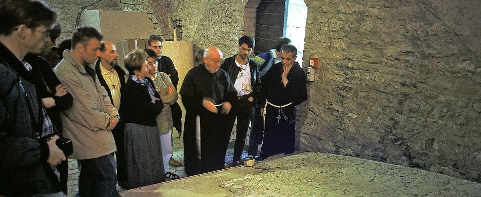 Zur Zeit des Erdbebens war P. Gerhard Ruf deutschsprachiger Pilgerseelsorger in Assisi. Hier begutachtet er mit einigen anderen ein abgenommenes Fresko aus der Basilika. Foto: Stefan Diller, assisi.de