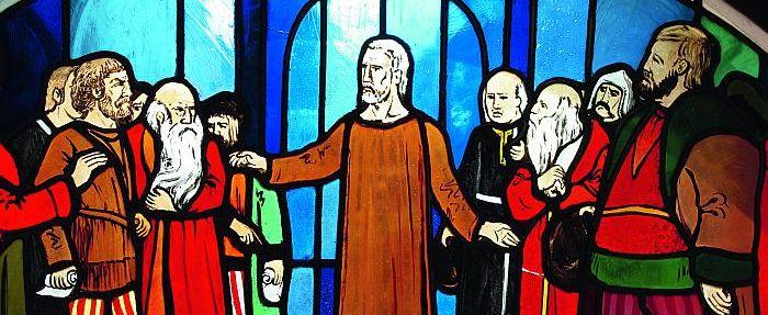 Dieses Glasfenster befindet sich in der Kirche der Franziskaner-Minoriten, die seit vielen Jahrzehnten mit einem Konvent in Flüeli präsent sind. Bruder Klaus, Mitte, versöhnt die streitenden Parteien. Foto: A. Murk OFM Conv.